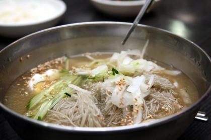 Korean_cold_buckwheat_noodle_soup-Mul_naengmyeon-01.jpg