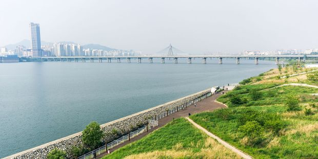 Han_River_and_Han_River_Park_from_Jamsil_Bridge_(14219133434).jpg