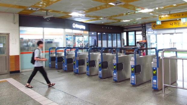 Korail-122-Hankuk-university-of-foreign-studies-station-gate-20180914-085816